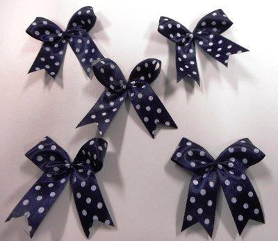 Strikje donker blauw met witte stippen 4 x 4,5 cm per stuk