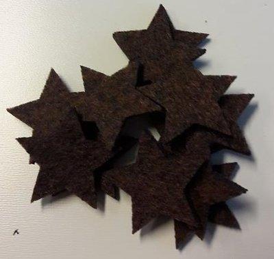 Vilten sterretjes dicht bruin gemeleerd 3 cm doorsnee 12 stuks per doosje