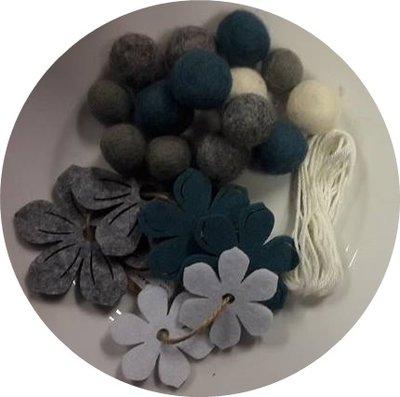 Viltballetjes slinger met bloemen grijs, petrol en wit met draad per set