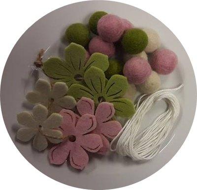 Viltballetjes slinger met bloemen roze, groen, creme en draad per setje