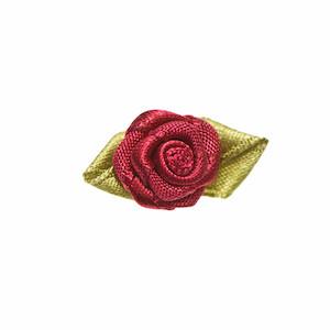Satijnen roosjes bordeaux 15 mm met blad 10 stuks per zakje